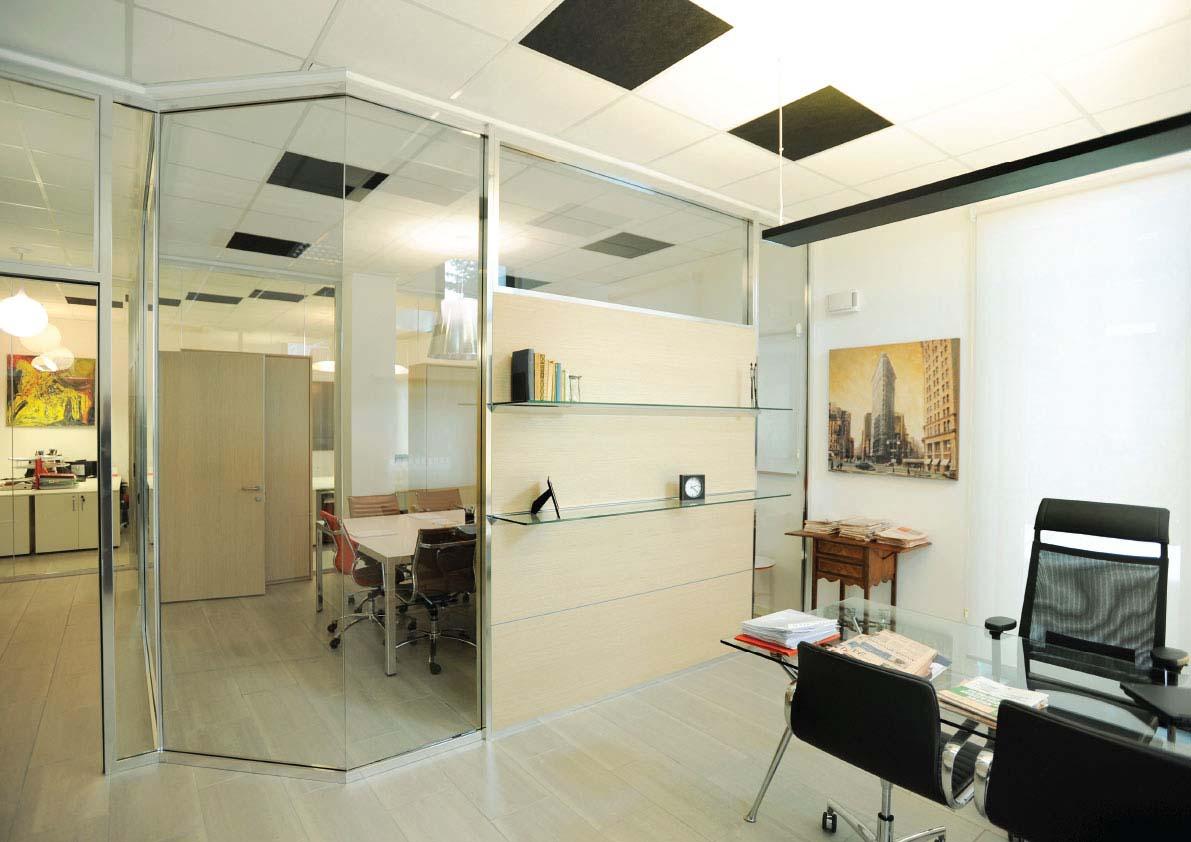 Tre piccoli uffici, creati da un openspace suddiviso con pareti vetrate con porte