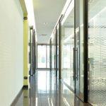 Corridoio interno, con uffici sulla destra ricavati da parete attrezzata vetrata Dcom.