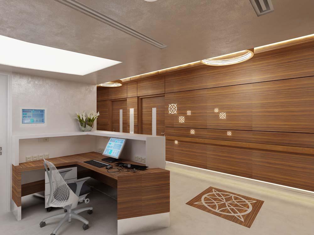 Interno ufficio con parete di legno sulla destra e postazione sulla sinistra con sedia e computer